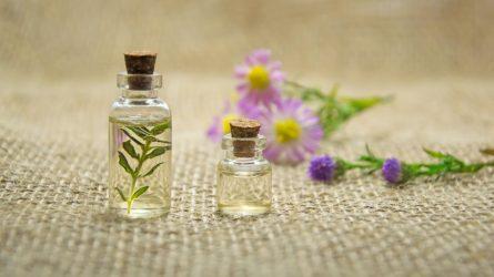 Kokius pasirinkti: aliejinius ar purškiamus kvepalus?