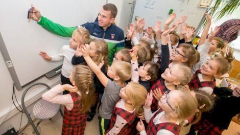 """Projekto """"Olimpinis mėnuo"""" dalyviai virtualiai susitiko su Lietuvos olimpiečiais"""