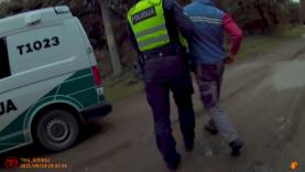 Neblaivaus vairuotojo prisistatymas policijos pareigūnu papiktino jį sulaikiusį pareigūną (video)