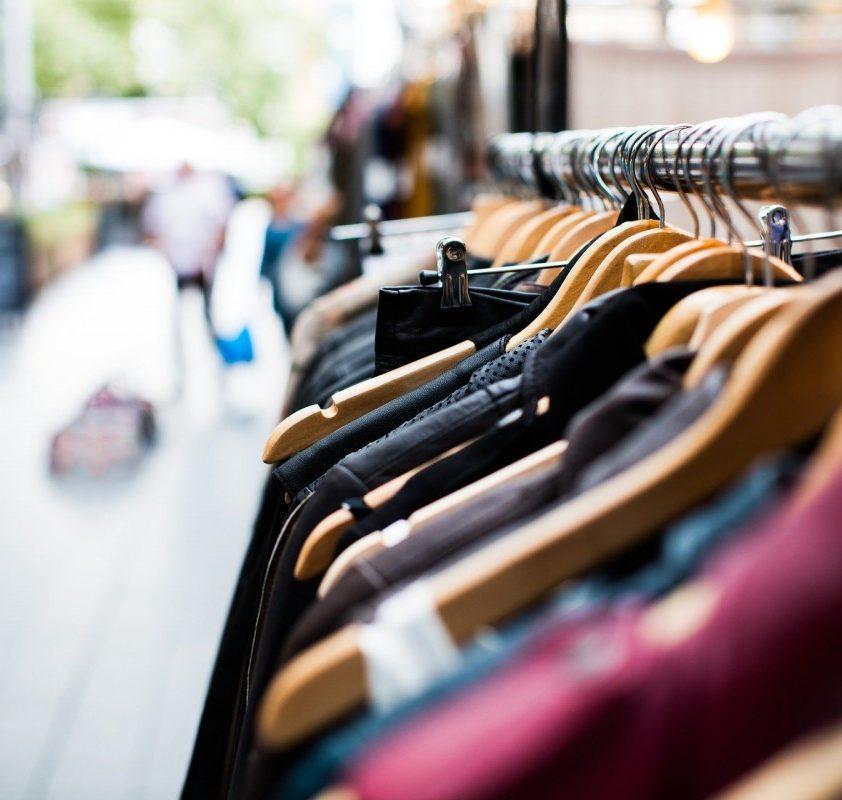 Dėvėtų rūbų parduotuvių tinklui vadovaujantys sutuoktiniai kaltinami finansiniais nusikaltimais