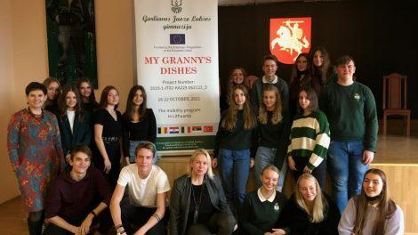 Pakaunės mokiniai svečiams iš užsienio pristatė lietuvių tautinius papročius ir patiekalus